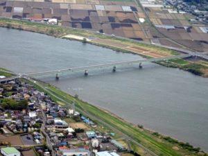 利根川に架かる常総大橋(奥が千葉県、手前が茨城県)