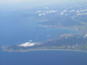 館山湾と洲崎(手前の半島が洲崎、そのすぐ上が館山湾)