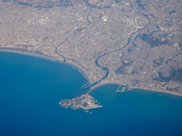 相模湾空撮 中央が江ノ島と境川