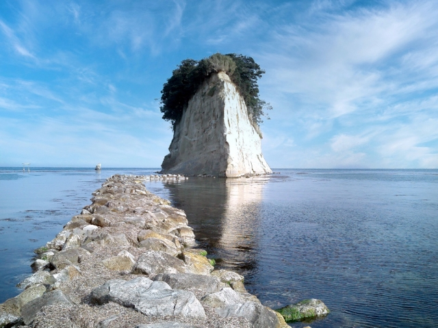 見附島(珠洲市役所から南に4.6km)