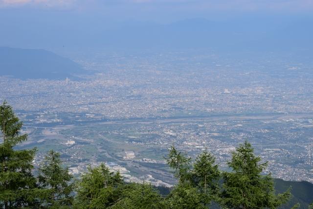 甲府盆地(韮崎市甘利山より東を望む 画面中央に釜無川、右側は下流)