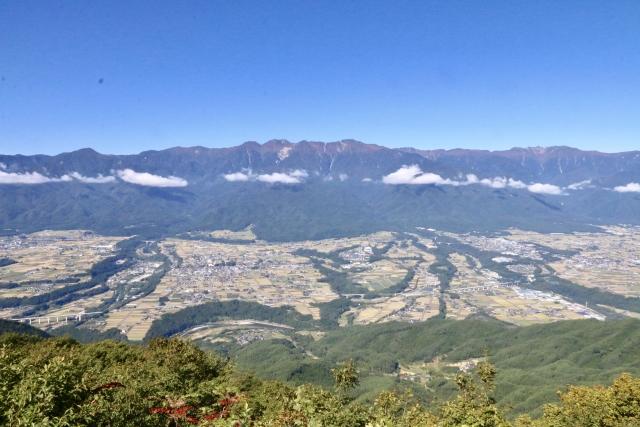 伊那盆地(手前)と木曽山脈(奥)