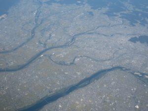 木曽三川と濃尾平野(左上が揖斐川、右上から中央左が長良川、左下から中央右が木曽川)