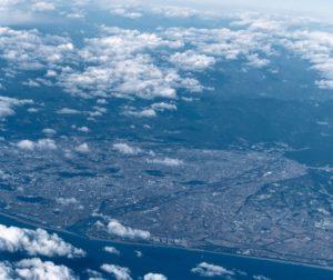 天竜川河口(画面左下が河口。中央右が上流。遠州灘上空より)