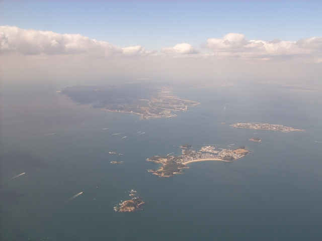 篠島・日間賀島(中央やや右下が篠島、真ん中右側が日間賀島)