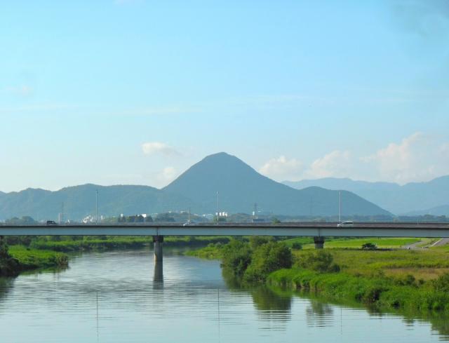 野洲川と近江富士(三上山)手前が下流