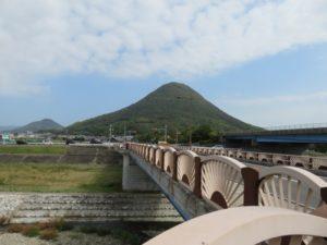 飯野山(讃岐富士)と土器川