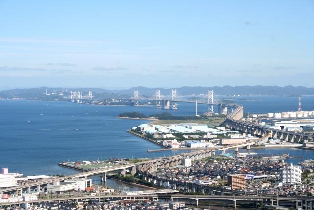 瀬戸大橋(中央の橋麓に記念公園と展望タワー)