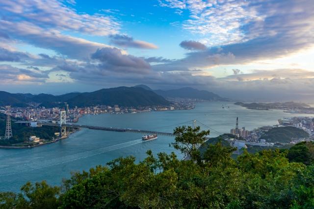 関門海峡と関門橋。山口県側から撮影。写真左奥が門司