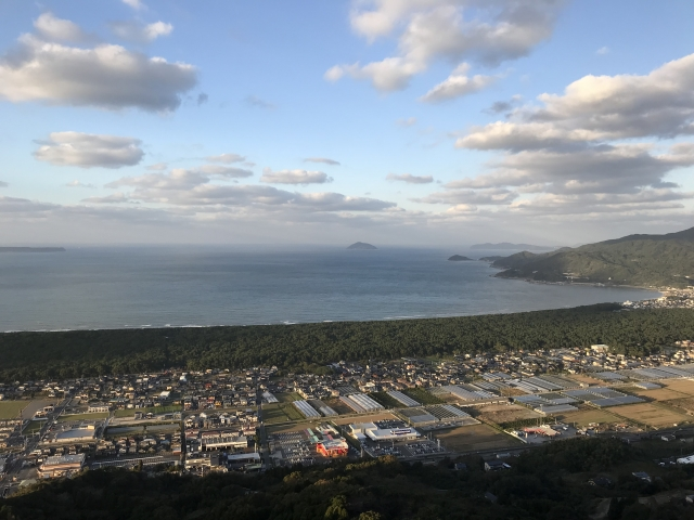 日本三大松原「虹の松原」(画面中央横断) 奥は唐津湾