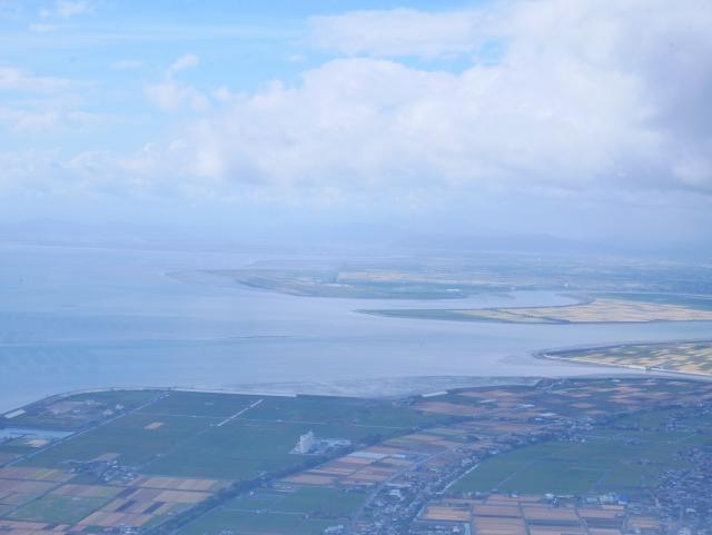 佐賀平野と有明海。中央の三俣の入り江の真ん中が筑後川河口