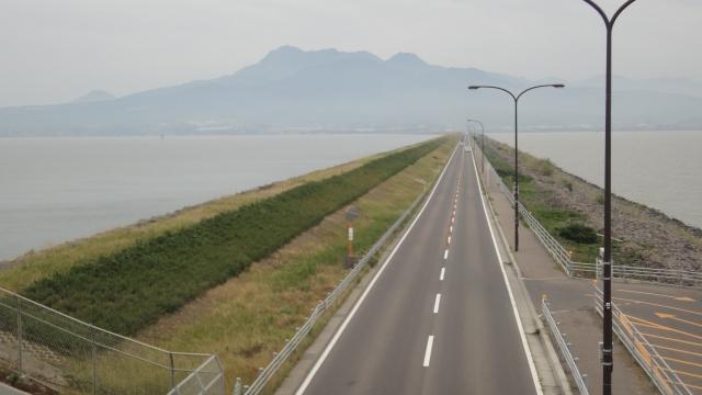 諫早湾堤防道路 正面が雲仙岳。右が水門内側(干拓事業地)。