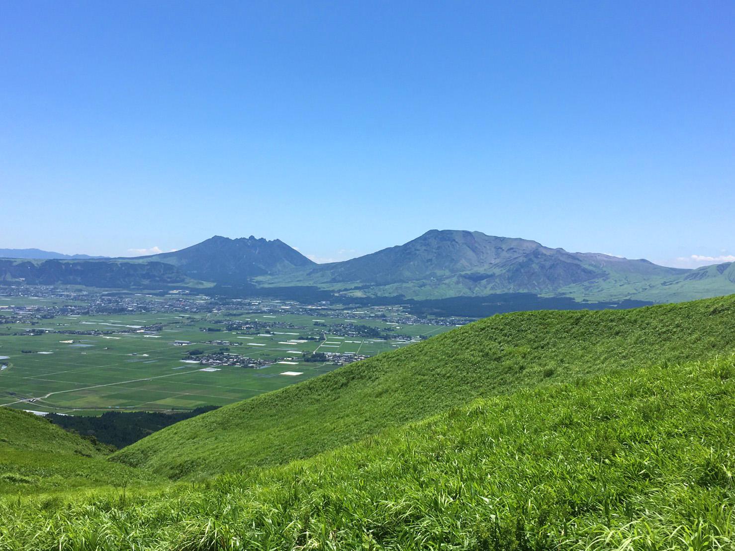 外輪山から望む阿蘇五岳